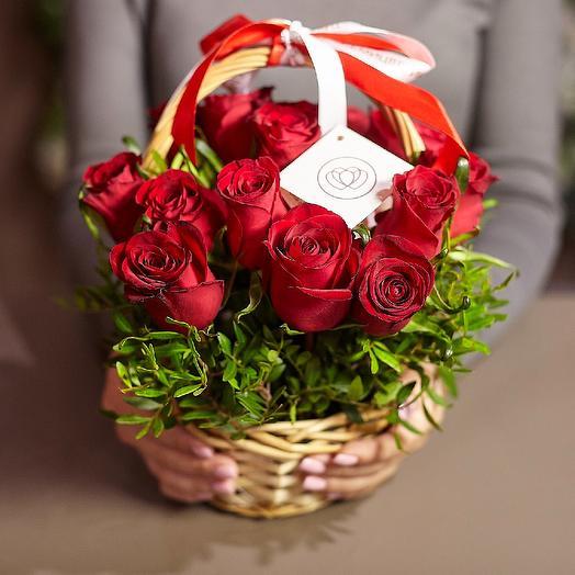 Корзиночка красных роз