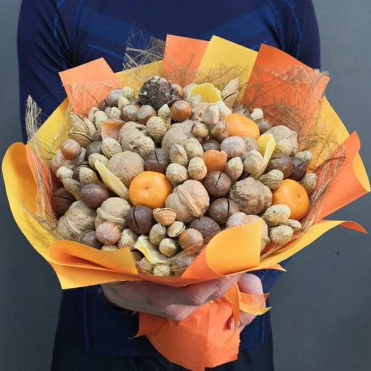 Ореховый букет с мандаринами и цукатами