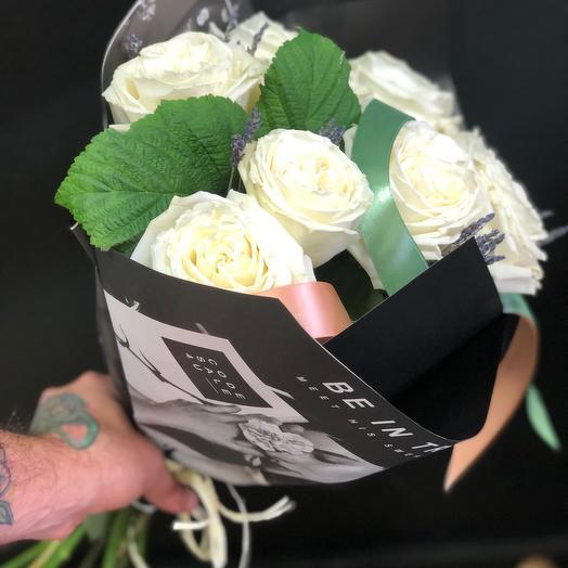 Пионовидные розы с лавандой в стильной упаковке