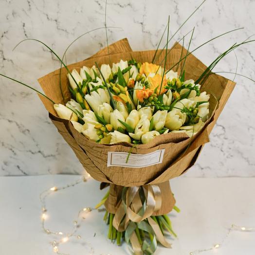 """Букет из тюльпанов и фрезии """"Предчувствие весны"""""""