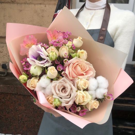 Букет с анемоном и весенними цветами