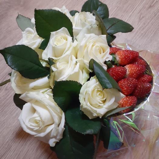 Розы в коробке с клубникой