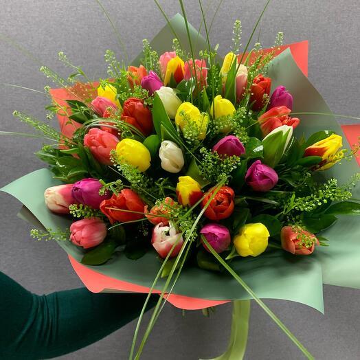 Букет из разноцветных Тюльпанов с зеленью