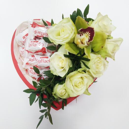 Сердце с розами, орхидеей и Рафаэлло