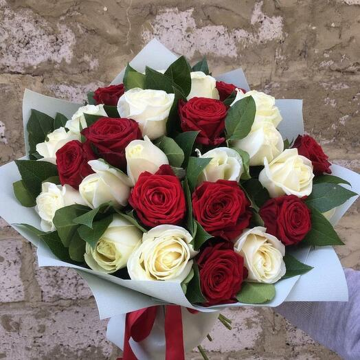 Bouquet of 25 red and white roses