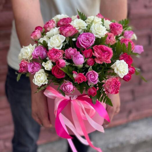 Комплимент в шляпной коробке с кустовыми розами