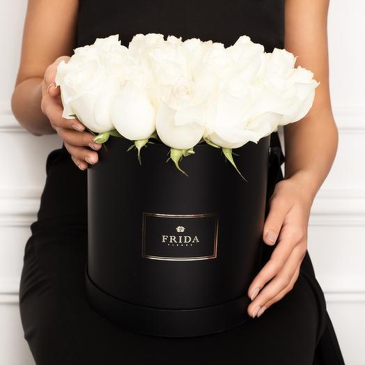 Белые розы в стильной коробке: букеты цветов на заказ Flowwow