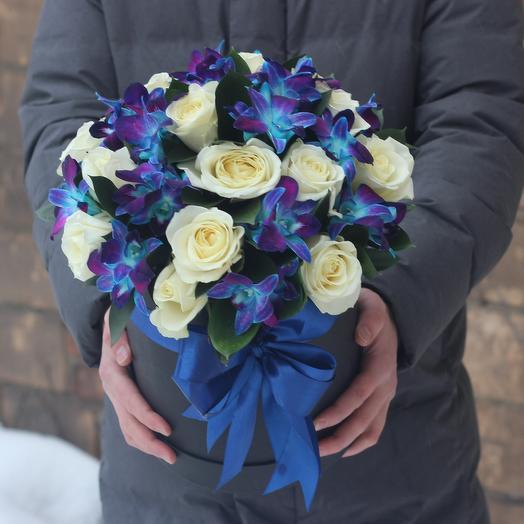 Синие орхидеи и белые розы в коробке: букеты цветов на заказ Flowwow