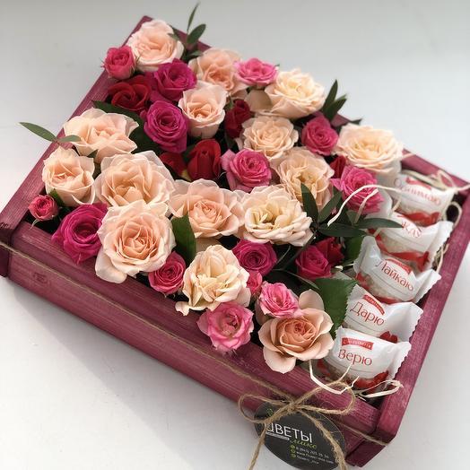 Ящик с кустовыми розами и рафаэлло: букеты цветов на заказ Flowwow