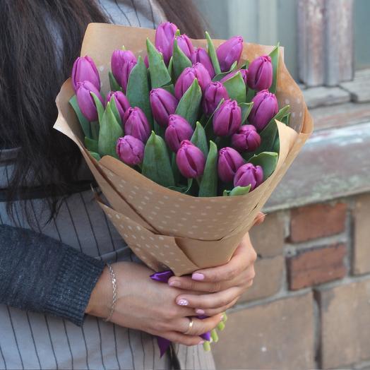 25 фиолетовых тюльпанов в крафте
