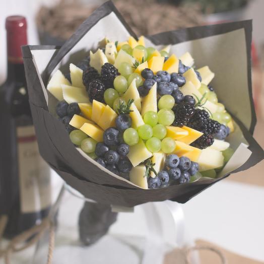 Сырный букет с голубикой и виноградом: букеты цветов на заказ Flowwow