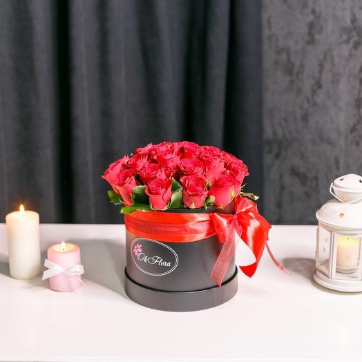15 красных роз в шляпной коробке с Премиум доставкой, Курьером в малиновом пиджаке и белых перчатках: букеты цветов на заказ Flowwow
