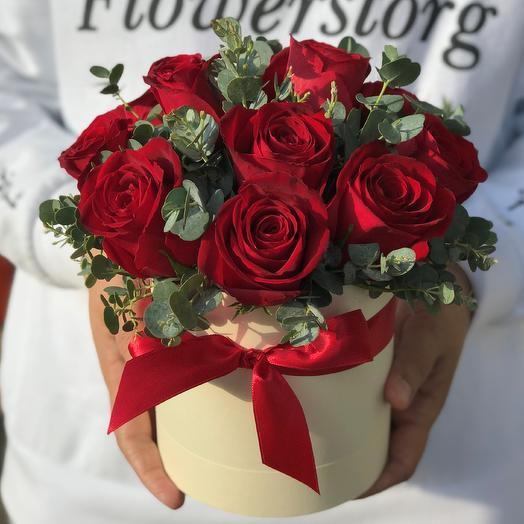 Мини комплимент. Коробки с цветами. Кенийская роза с эвкалиптом. N556: букеты цветов на заказ Flowwow
