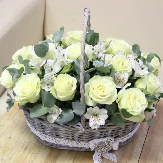 "Корзина из 25 роз ""Снежная история"": букеты цветов на заказ Flowwow"