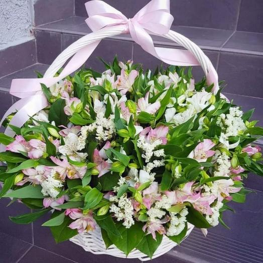 Розовые альстромерии в корзине
