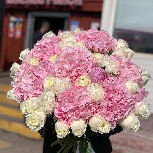 Нежный букет из гортензий, роз и пионов