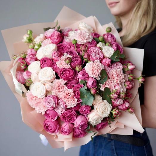 Букет с пионовидными розами и диантусами