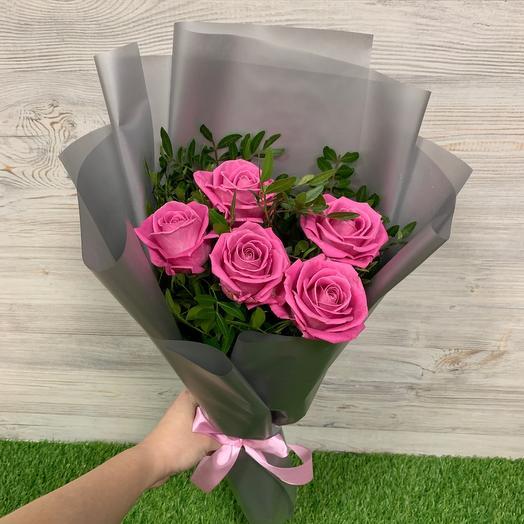 Букет дня из 5 роз с зеленью
