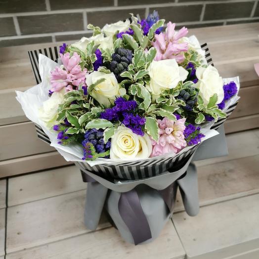 Стильный букет из гиацинтов, роз и статицы