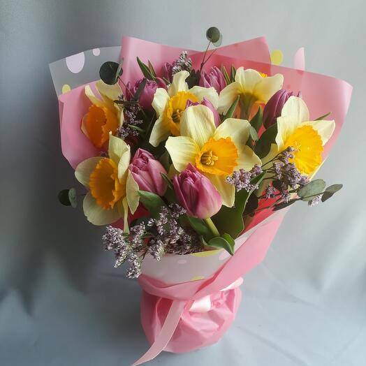 Весенний букет с нарцисами и тюльпанами