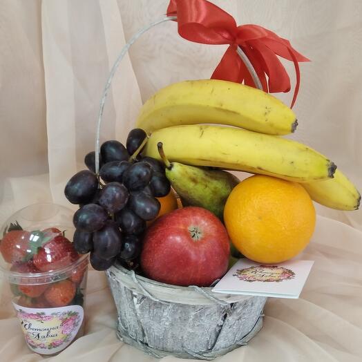 Корзина с фруктами и клубника