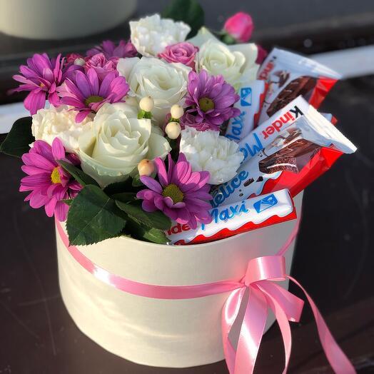 Композиция с цветами и сладостями