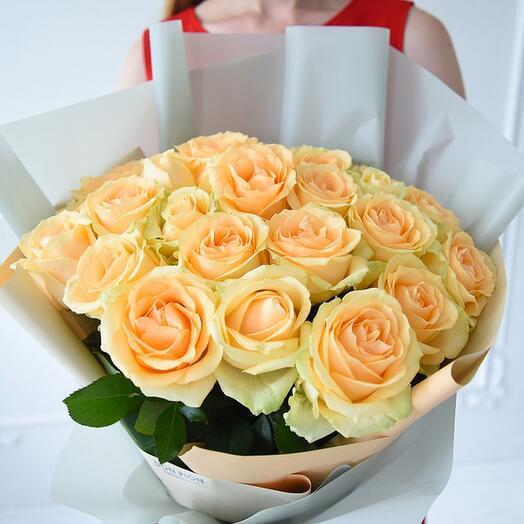 Букет из 25 персиковых роз в оформлении
