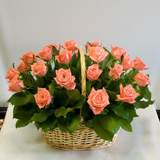 Корзина из роз Спелый персик: букеты цветов на заказ Flowwow