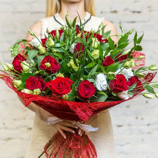 Романтичный букет с розами и лизиантусом: букеты цветов на заказ Flowwow