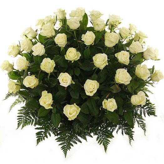 Корзина из 101 белой розы: букеты цветов на заказ Flowwow