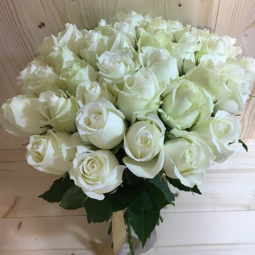 Букет из 31 белой местной розы 60 см: букеты цветов на заказ Flowwow