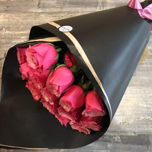 Букет из роз в черном крафте