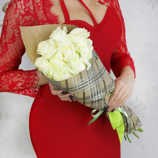 Букет из 9 белых роз в подарочной упаковке