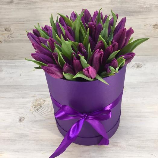 Коробочка из 51 тюльпана: букеты цветов на заказ Flowwow