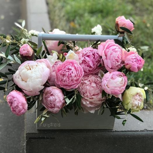 Ящик с нежными пионами: букеты цветов на заказ Flowwow