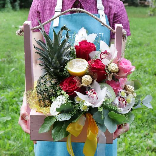 Корзина с ананасом, конфетами и орхидеями