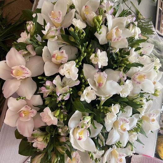 Коробка с орхидеями и фрезией