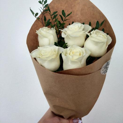 Белые розы в крафте с зеленью