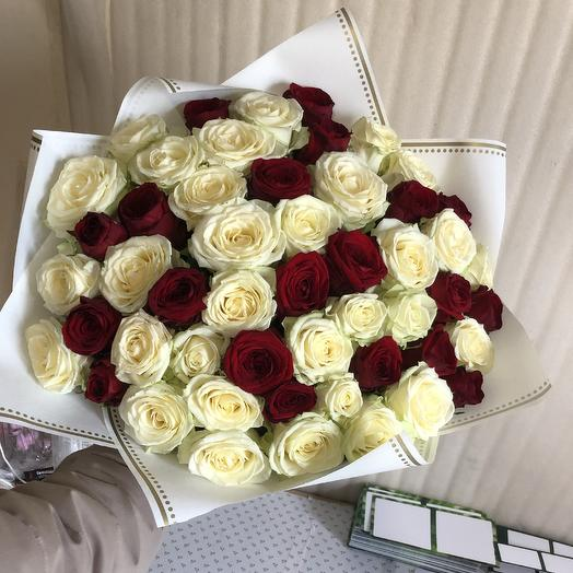Красно-белые Розы в дизайнерской упаковке 51 Шт: букеты цветов на заказ Flowwow