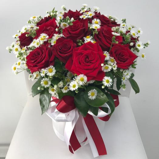 Коробка с розами и ромашкой