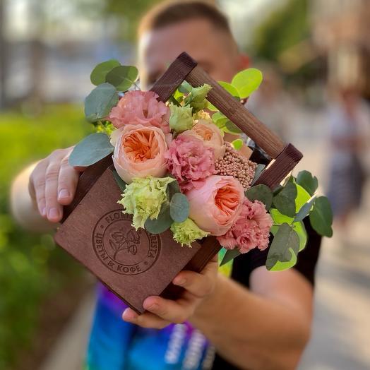 Композиция с пионовидными розами и лизиантусом