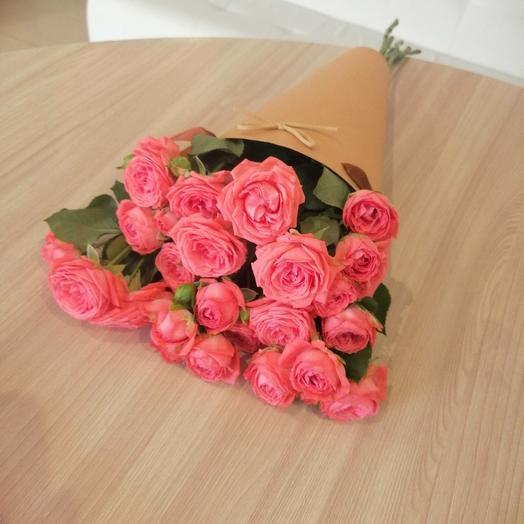 Букет с кустовыми розами в конусе
