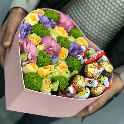 Цветы и конфеты в коробке
