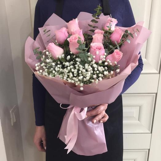 Букет с розовыми розами и гипсафилой
