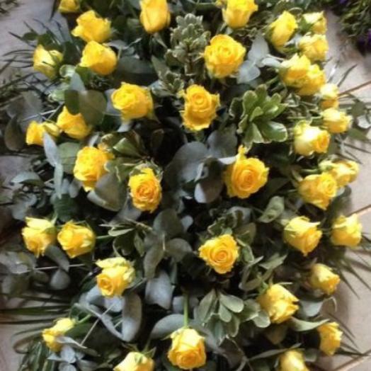 Траурная композиция желтые Розы