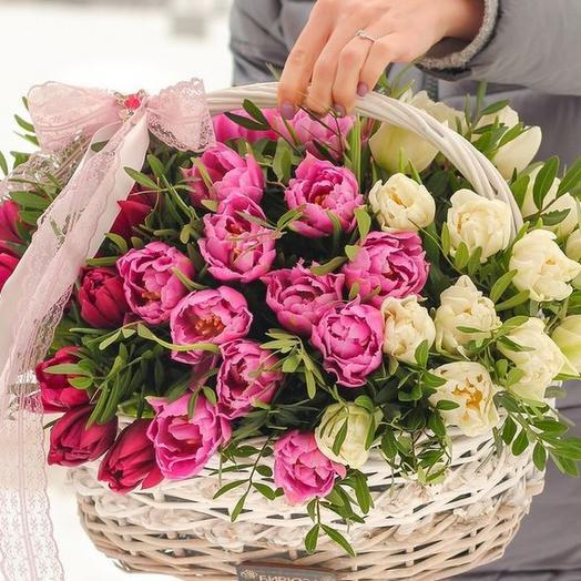 Шикарная корзинка с пионовидными тюльпанами 75 шт