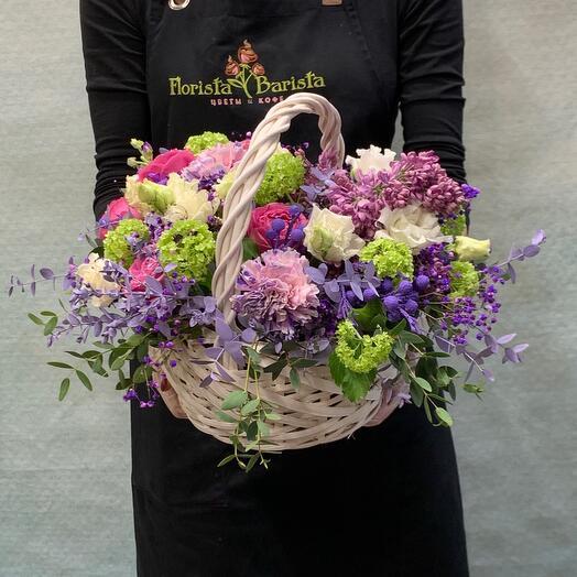 Нежная корзинка с ароматной сиренью  и пионовидной куставой розой