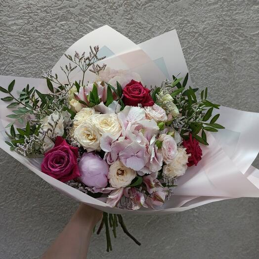 Стильный букет с пионом, гортензией и ассорти цветов