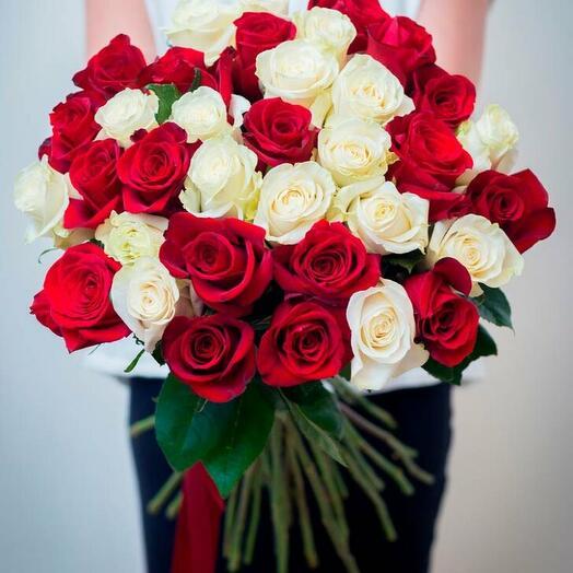 Букет из 31 бело-красной розы