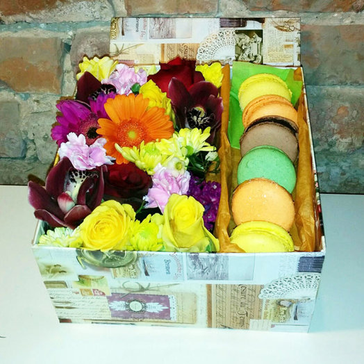 Box with flowers and Macaroon 003: flowers to order Flowwow